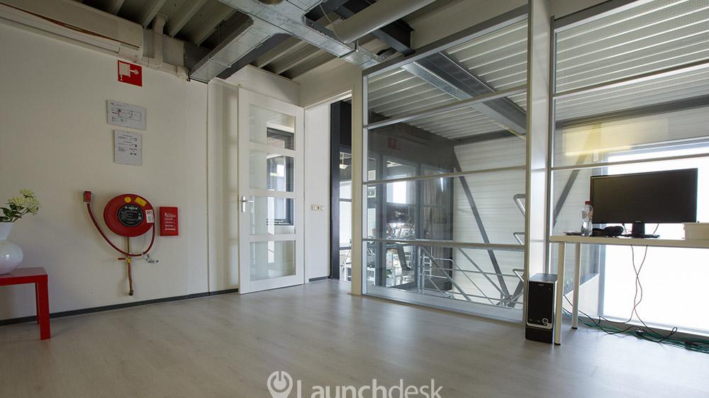 Werkplekken bij esp eindhoven noord launchdesk - Kantoor met geintegreerde opslagruimte ...