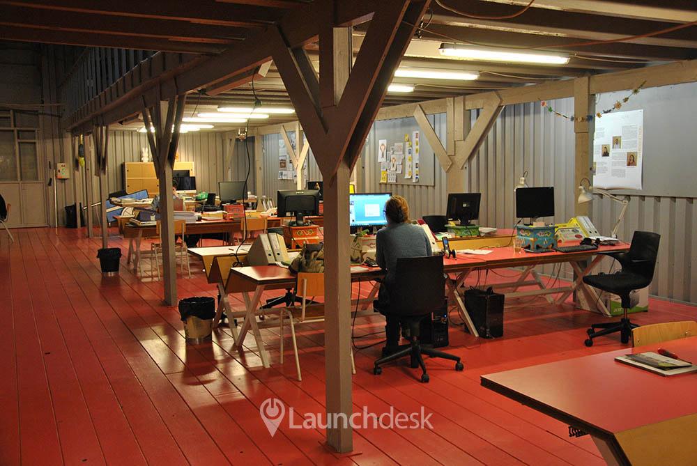 Werkplekken bij het ij amsterdam noord launchdesk - Decoreren van een professioneel kantoor ...
